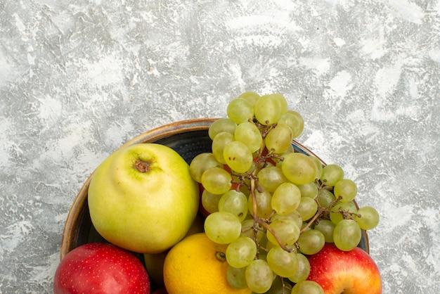 상위 뷰 과일 구성 포도와 사과 흰색 배경에 과일 부드러운 익은 신선한 건강
