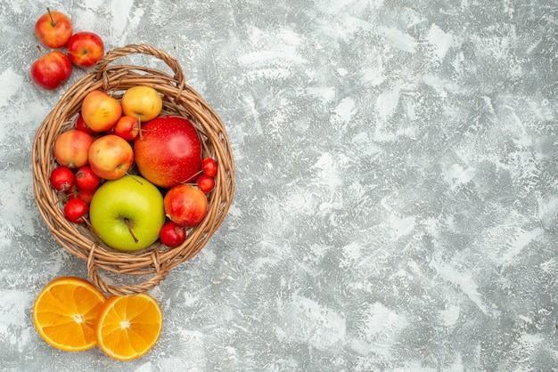 明るい白いスペースに平面図の果物の組成プラムとリンゴ