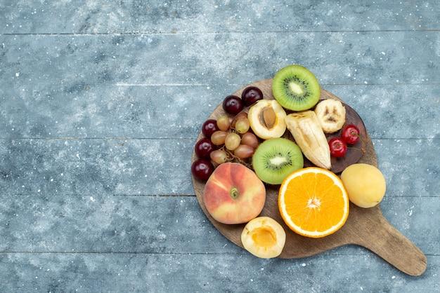 青いデスクフルーツエキゾチックなクッキーシュガーの上からスライスされた全体のフルーツ組成