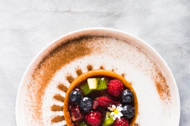 Вид сверху фруктовый пирог на тарелке