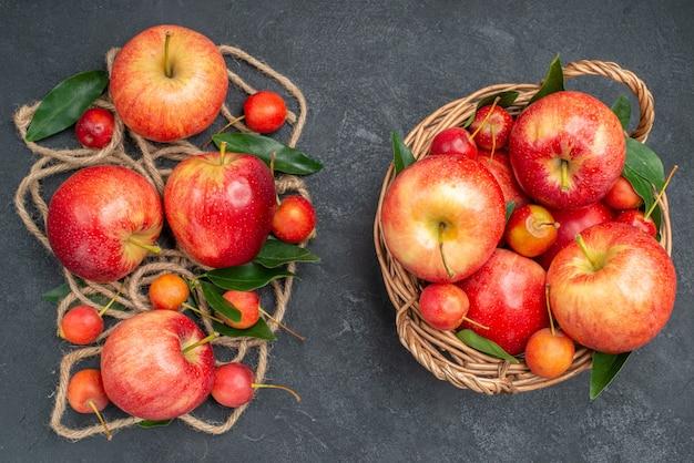 과일과 잎 로프와 함께 식욕을 돋우는 사과 체리와 상위 뷰 과일 바구니