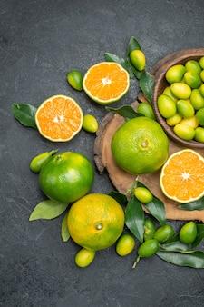 ボード上に葉を持つトップビューフルーツ柑橘系フルーツみかん