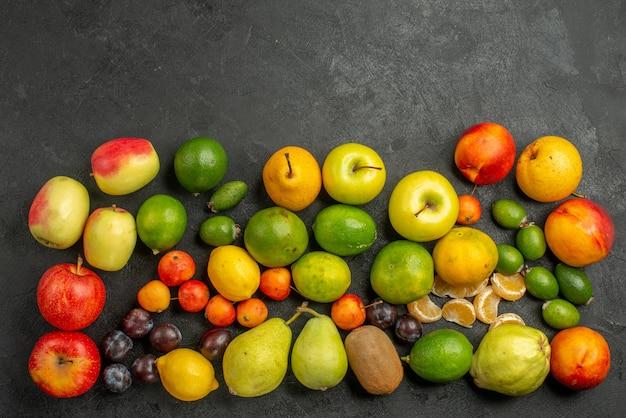 Vista dall'alto composizione di frutta frutta fresca su sfondo grigio scuro