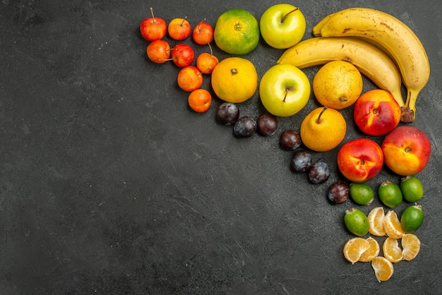 Vista dall'alto composizione di frutta frutta fresca su sfondo grigio