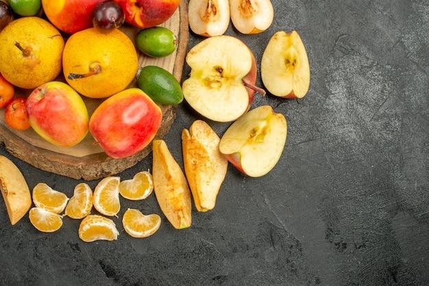 Vista dall'alto composizione di frutta frutta fresca sullo scrittorio grigio