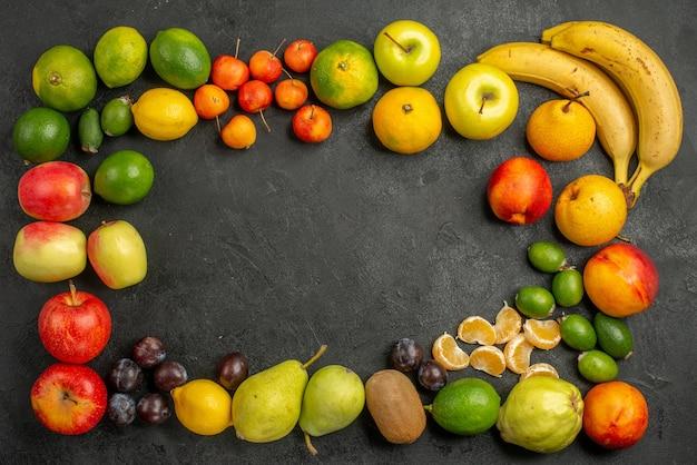 平面図の果物の組成灰色の背景に新鮮な果物