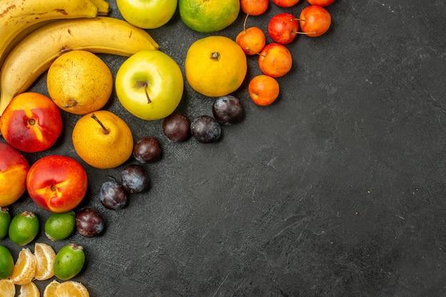 トップビューの果物の組成灰色の机の上の新鮮な果物