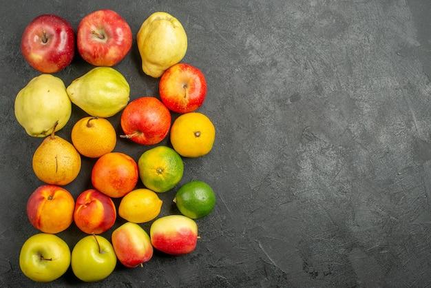 Vista dall'alto composizione di frutta quelli freschi sullo sfondo scuro
