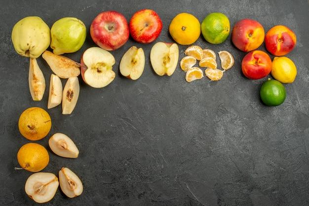 暗い背景に新鮮な果物の組成の上面図
