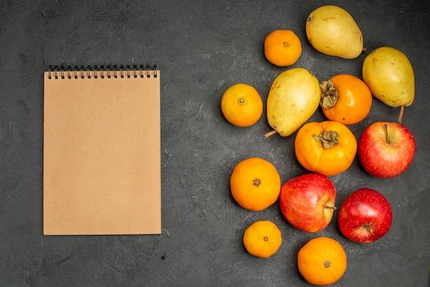 平面図の果物の組成は灰色の背景に梨みかんとリンゴ