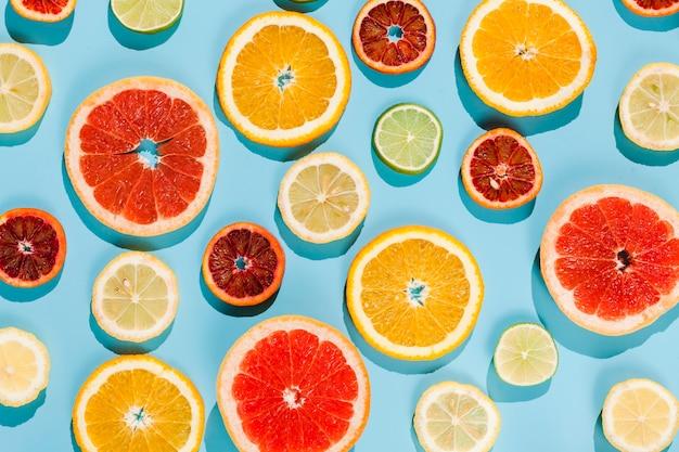 青色の背景に平面図フルーツ