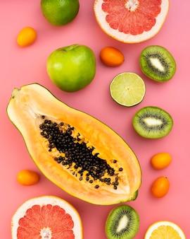 ピンクの背景の上から見る果物