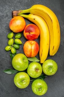 Вид сверху фрукты на столе цитрусовые зеленые яблоки с листьями нектаринов и бананов