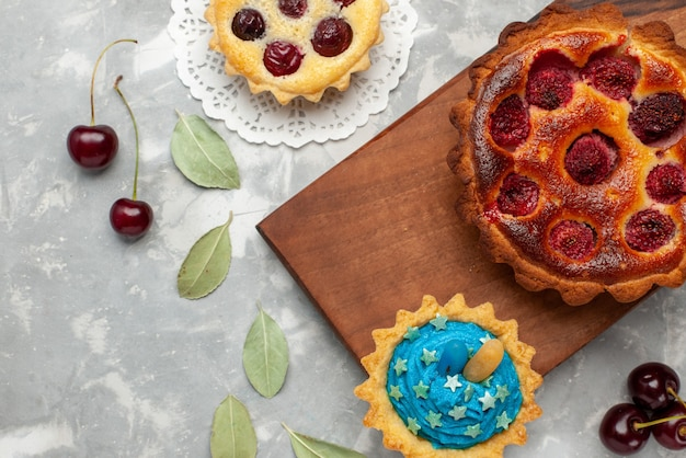 Vista dall'alto della torta fruttata con torta di lamponi su luce, torta cuocere frutta dolce