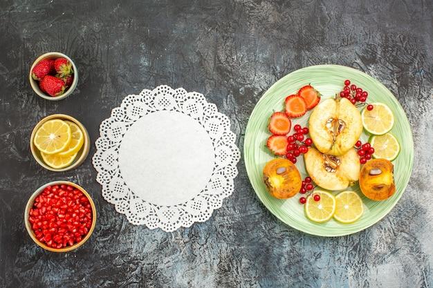 Vista dall'alto di insalata fruttata con frutta fresca a fette
