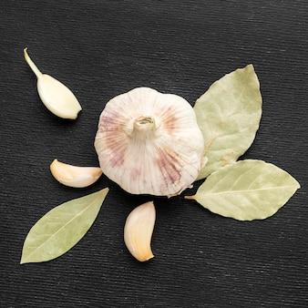 トップビューニンニクと月桂樹の葉