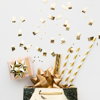 Vista dall'alto regalo e decorazioni per la festa