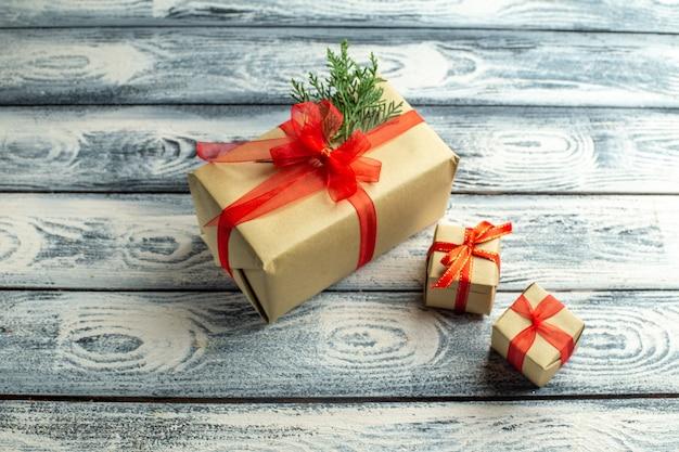 Вид сверху подарочная коробка маленькие подарки на деревянном фоне