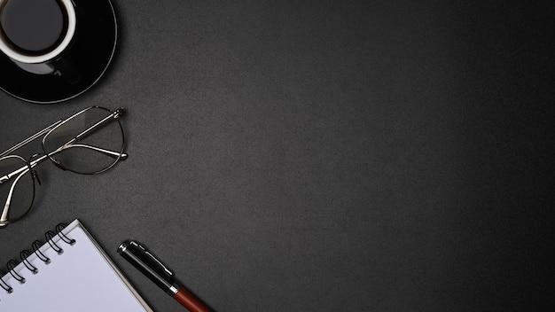 복사 공간이 있는 검은색 가죽에 탑 뷰 안경, 커피 컵, 노트북.