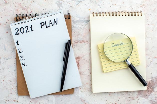 테이블 위의 노트북 펜에 쓰여진 메모장 계획의 스티커 메모 lupa에 작성된 상위 뷰 좋은 작업