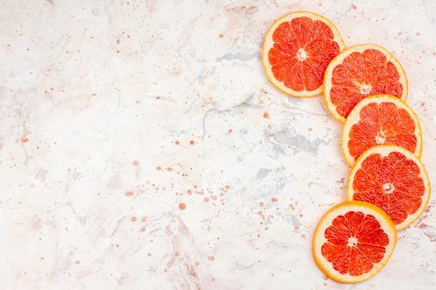 Вид сверху ломтиками грейпфрута на обнаженной поверхности с копией пространства