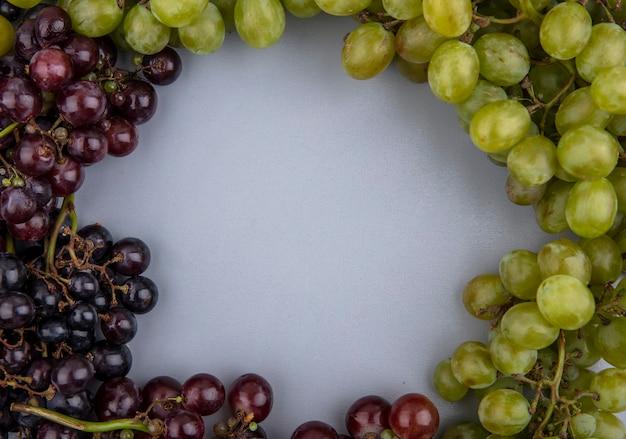 Vista dall'alto di uva in forma rotonda su sfondo grigio con spazio di copia