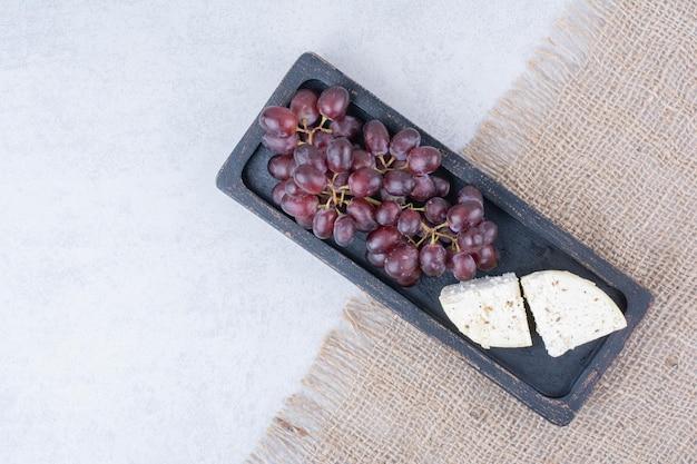 Vista dall'alto dell'uva con formaggio bianco su tela di sacco. foto di alta qualità