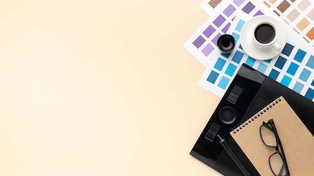 Вид сверху на ассортимент элементов графического дизайнера с копией пространства
