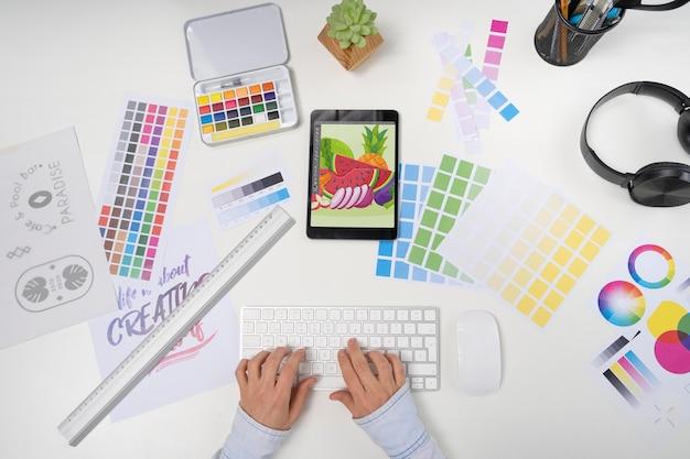 Вид сверху графический дизайнер с планшетом