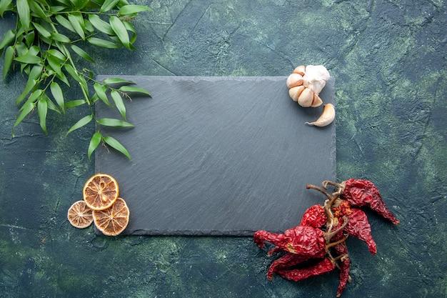 ダークブルーの背景色の写真クックブルーシーフードキッチンデスクに乾燥唐辛子とグレーのプラッテン