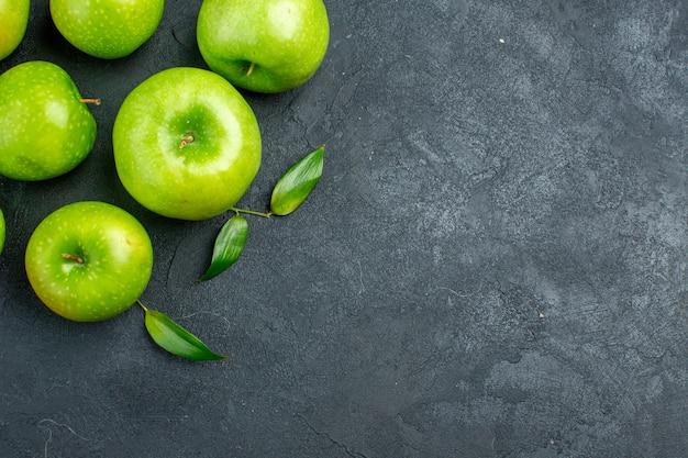 暗い表面の空き領域に青リンゴの上面図