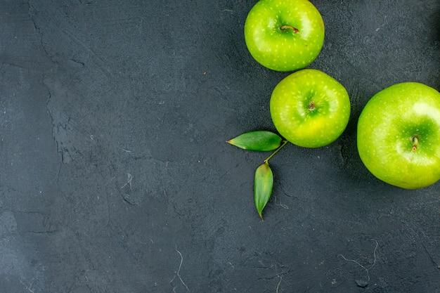 コピースペースのある暗い表面の上面図青リンゴ