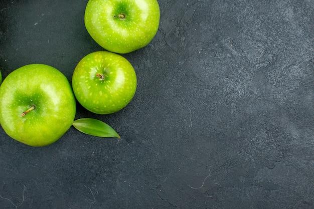 Вид сверху зеленые яблоки на темной поверхности со свободным местом