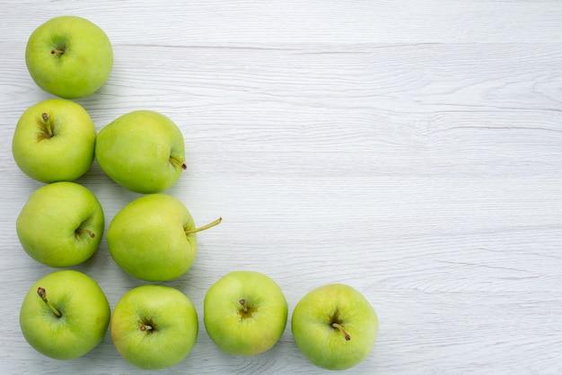 トップビューの緑のリンゴ全体が白い背景で隔離フルーツフレッシュでまろやかなジューシー