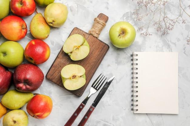Вид сверху зеленые яблоки с другими фруктами на белом фоне