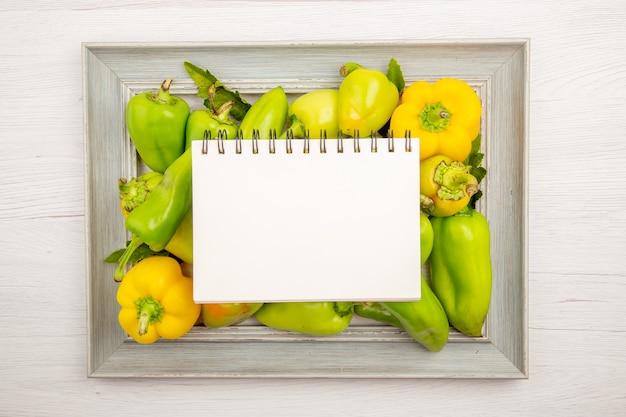 흰색 테이블에 프레임 내부 상위 뷰 녹색 피망
