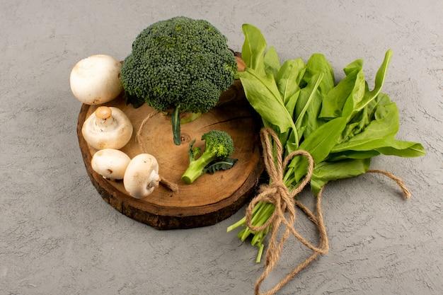 Вид сверху зеленая брокколи и грибы на сером столе