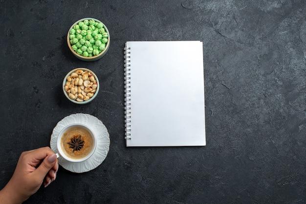 회색 배경 비스킷 설탕 케이크 달콤한 쿠키 빵에 커피와 견과류의 상위 뷰 녹색 사탕 wih 컵