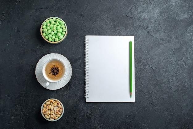 상위 뷰 녹색 사탕 wih 회색 배경 비스킷 설탕 케이크 달콤한 쿠키에 커피와 견과류의 컵