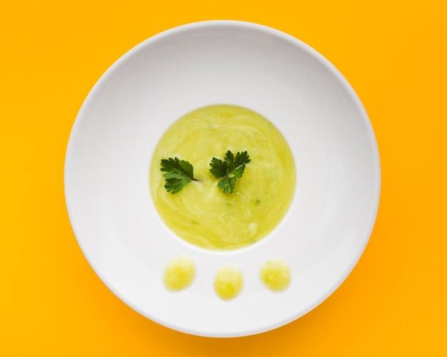 トップビューのグリーンクリームスープ