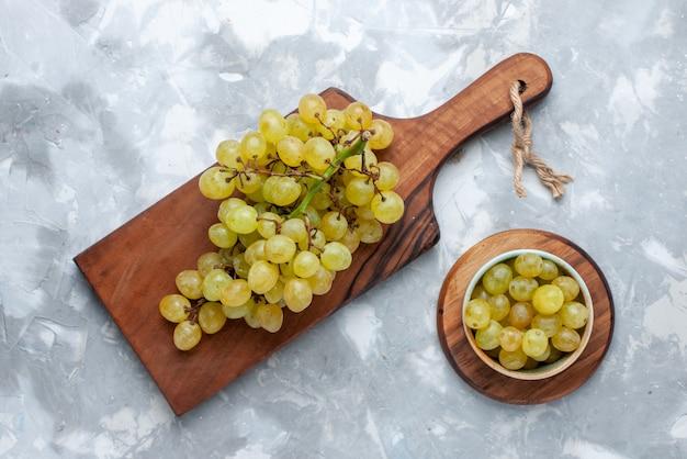 Vista dall'alto di uva verde succhi di frutta succosi su luce, frutta fresca succo di vino vitamina