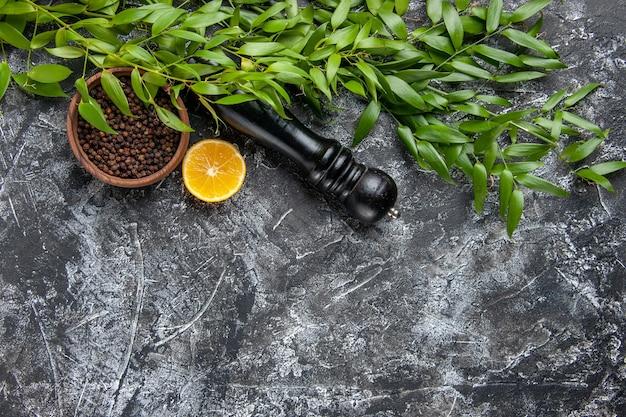 밝은 어두운 배경 소금 조미료 녹색 음식 색상에 후추와 함께 상위 뷰 녹색 잎