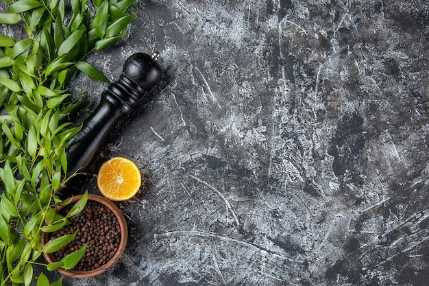 밝은 어두운 배경 소금 조미료 녹색 음식 색상 여유 공간에 후추와 함께 상위 뷰 녹색 잎