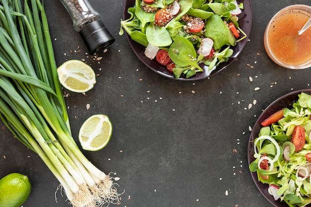 Вид сверху зеленый лук для салата
