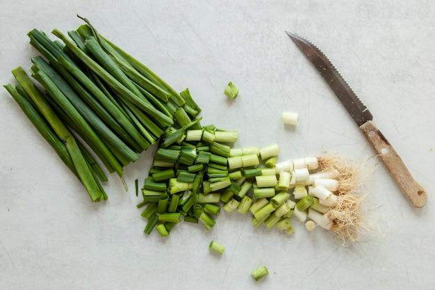 Вид сверху зеленый лук
