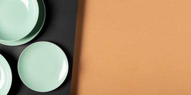 Композиция из зеленых тарелок с копией пространства
