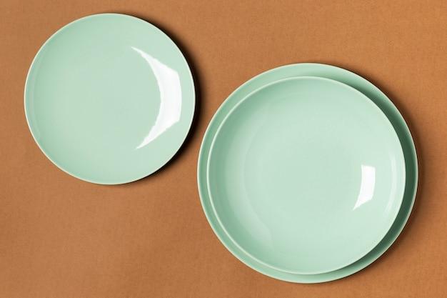Композиция зеленых тарелок сверху