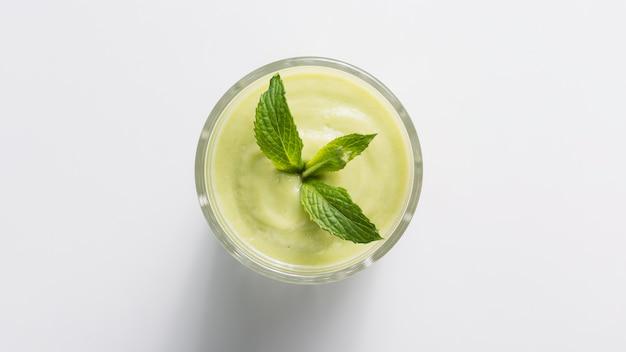 Frullato verde vista dall'alto in vetro con la menta