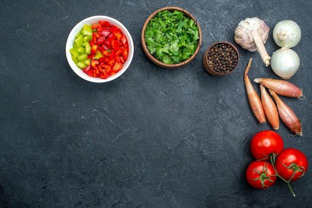灰色のスペースにコショウと緑と野菜の上面図
