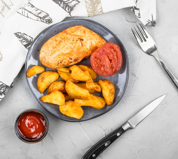 Vista dall'alto pollo alla griglia, spicchi e salsa